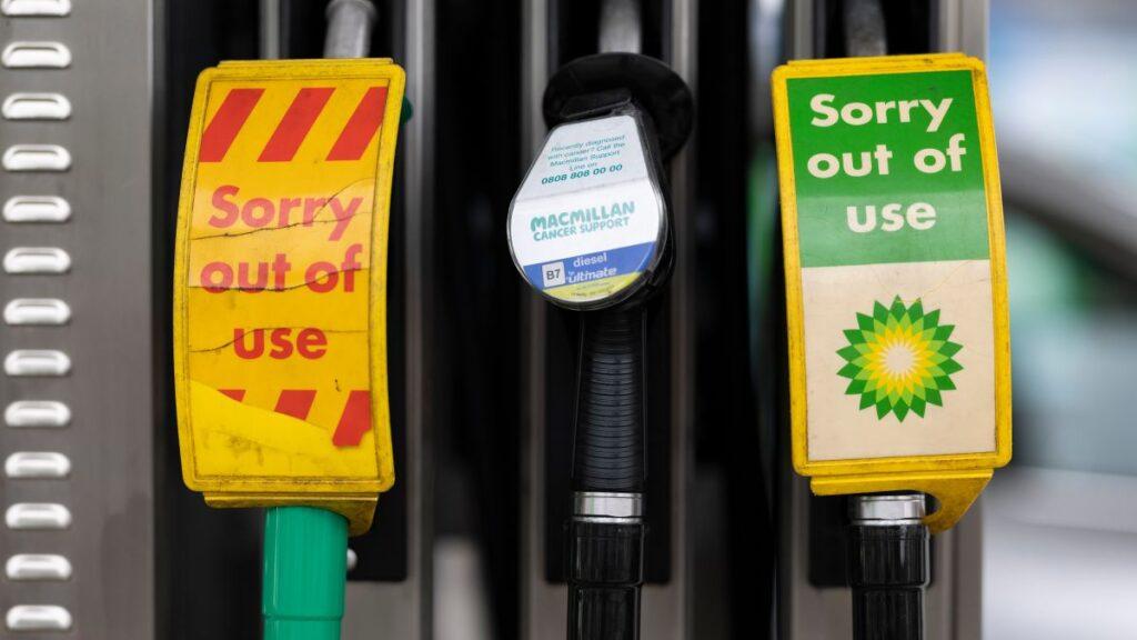 Британија има недостиг на гориво, затворени 90 отсто од бензинските пумпи во некои региони