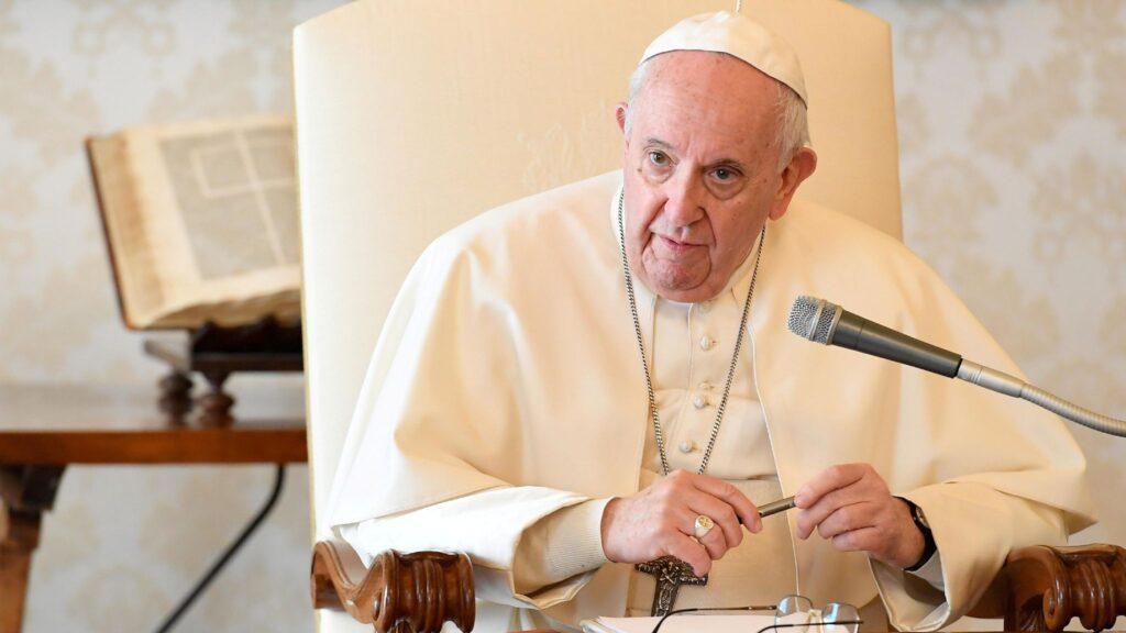 Папата Франциск не ја прифати оставката на германскиот архиепископ по скандалот за сексуална злоупотреба