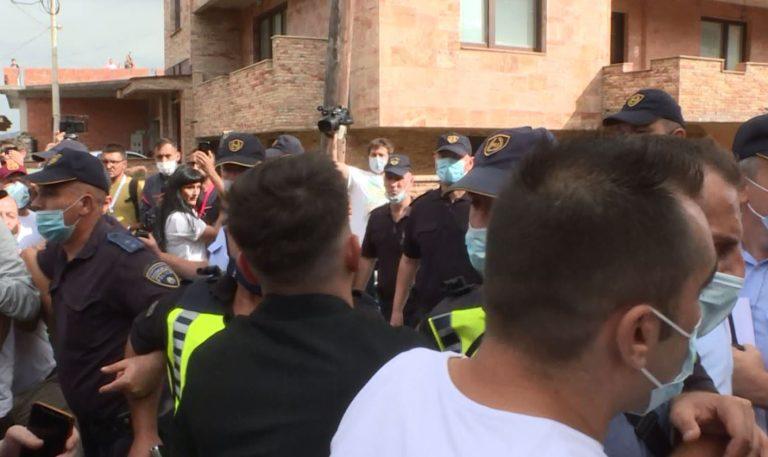 По осум дена притвор за петмината проведени по вчерашните протести за 14-та изгорени во монтажната болница во Тетово