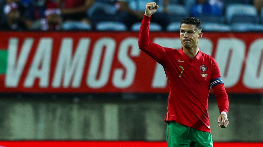 РОНАЛДО СО НОВ РЕКОРД: Десетти хет-трик во дресот на Португалија