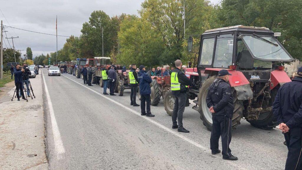ПРОТЕСТ НА ЗЕМЈОДЕЛЦИТЕ: Блокада на патот Штип – Кочани со барање до Владата за итна исплата на субвенциите и договор за откупните цени на оризот